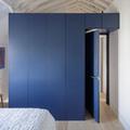 dormitorio con armario de color