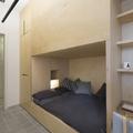 Dormitorio con cama en nicho