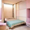 Dormitorio con cama plegable