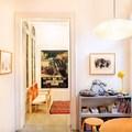 Dormitorio con carpinterías antiguas