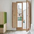 Dormitorio con carpinterías de madera