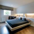 dormitorio con iluminación perimetral en el cabecero