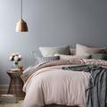 Dormitorio con lámpara de cobre