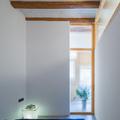 dormitorio con luz natural y vigas de madera