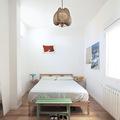 dormitorio con mucha luz