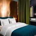 Dormitorio con pared de cobre