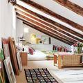 dormitorio con techo abuhardillado