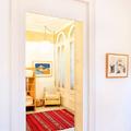 Dormitorio con ventanas de arco
