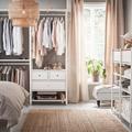 Dormitorio con vestidor abierto IKEA