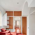 dormitorio de invitados con cojines apilables