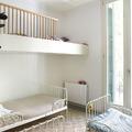 dormitorio infantil con altillo para juegos