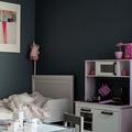 Dormitorio infantil con pared azul marino