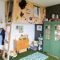 dormitorio infantil con suelo cubierto de césped artificial