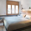 Dormitorio principal con tarima de madera maciza
