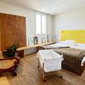 Dormitorio principal lleno de luz y color
