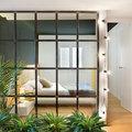 Dormitorio separado con pared de cristal