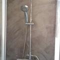 Ducha de baño y panel decorativo
