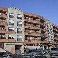 Edificio de viviendas y locales comerciales con aparcamiento.