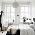 Dormitorio con ventanas de madera lacada
