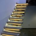 Escalera de madera con leds bajo peldaños