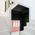 escalera de obra pintada de blanco