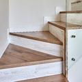 Escalera de un Dúplex Estilo Nórdico con Barandilla de Vidrio (Alcalá de Henares, Madrid)