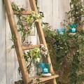 Escalera reciclada como elemento decorativo en el jardín o la terraza