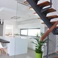 Escalera y cocina abierta