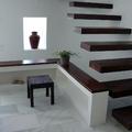 Escalera y mueble en pladur con detalles decorativos.