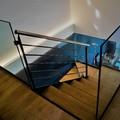 Escaleras de madera iluminadas con largas tiras de led.
