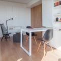 estudio con mobiliario envolvente
