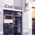 Fachada del restaurante, con señalética y puerta de entrada de cristal y acero