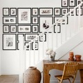 galería de cuadros en la escalera en blanco y negro