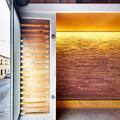 garaje con luz indirecta