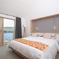 Habitación ventana madera