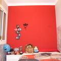 Habitación con combinados de rojo y grises