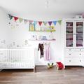 Habitación de bebé con banderines
