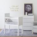 Habitación de bebé en blanco