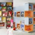 habitación infantil con estanterías pared