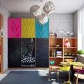 habitación infantil con estanterías y pizarra