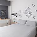 Habitación retro en tonos blanco y gris