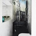 Interior de baño con paredes de mosaico