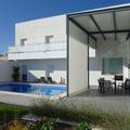 Jardín interior y piscina, con pérgola
