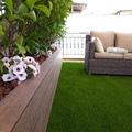 Jardinera con madera sintética y césped artificial