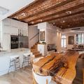 La planta baja incluye salón, cocina y comedor, con una imponente mesa rústica
