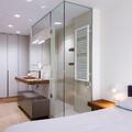 Lavabo y ducha en dormitorio