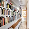 librería a medida en el pasillo
