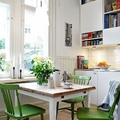 mesa cuadrada con sillas verdes