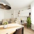 Mesa de comedor con lámpara de techo
