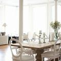 mesa de comedor con sillones blancos